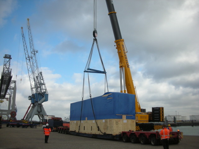 crane frm tailer to barge.JPG